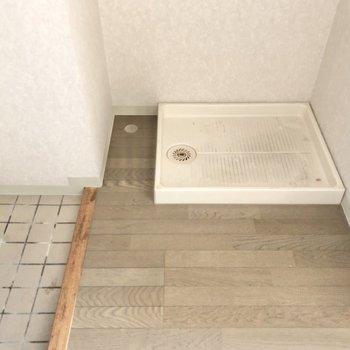洗濯機置き場は玄関に。(※写真は5階の反転間取り別部屋のものです)