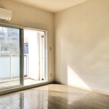 壁側にベッドをおいて丸いラグにテーブルにテレビ…うん余裕ありそう!(※写真は5階の反転間取り別部屋のものです)