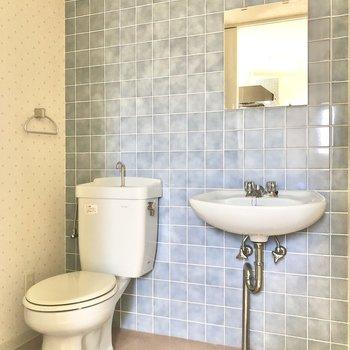 キッチン横と同じブルーのタイルで統一感。(※写真は5階の反転間取り別部屋のものです)