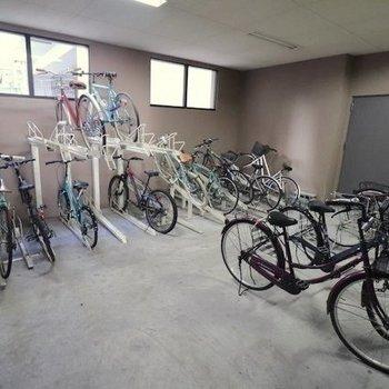 駐輪場は室内に。防犯面も安心ですね。