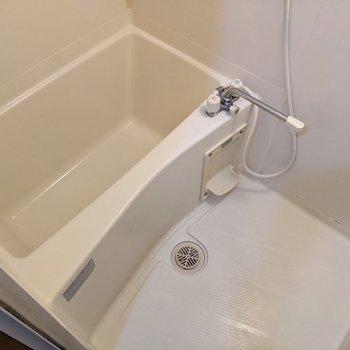 お風呂はシンプルですが、温度調節できるので便利です。
