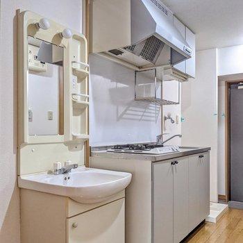 廊下にはキッチンと洗面台が並んでいます。冷蔵庫置場は洗面台の隣にありますよ。