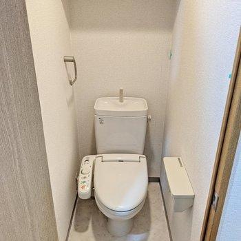 トイレはウォシュレットつき。上部に棚があります。