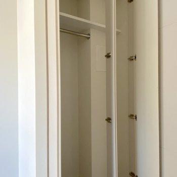 キッチンとの扉の裏側に収納があります。