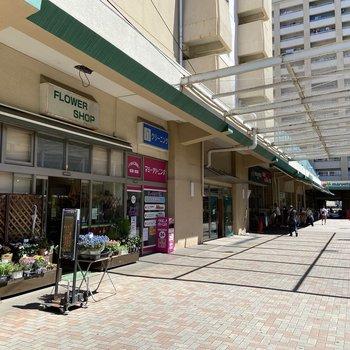 駅周辺にはお店が多いです。こちらはスーパー。