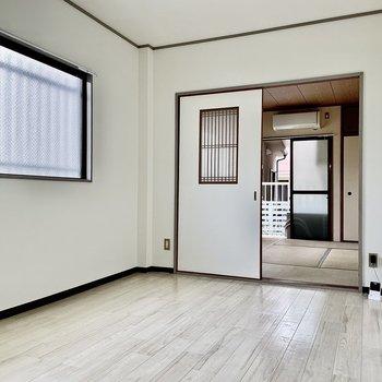 【DK】窓側にはダイニングテーブルやソファを。