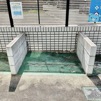 【共有部】駐輪場のお隣にごみ置き場。