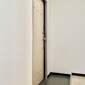 浴室前に玄関があります。