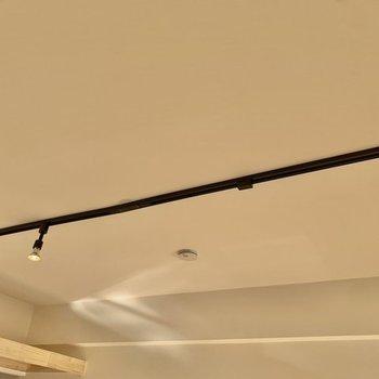 【イメージ】天井には黒のライティングレールを設置。
