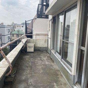 【工事前】窓の外には広いバルコニー!