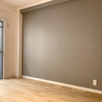 【イメージ】お部屋にはグレーのアクセントクロスが入ります!