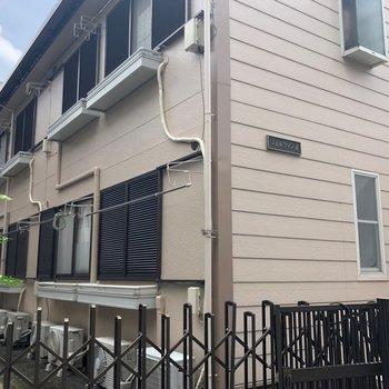 2階建てのアパートの2階へ。
