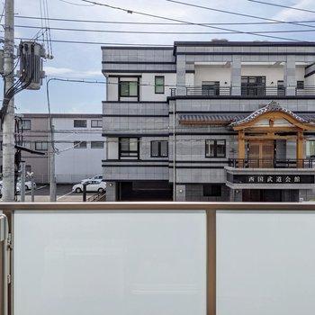 向かいには武道会館。