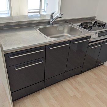 作業スペースが端にあるので、油が洗った食器につかないのがいいですね。