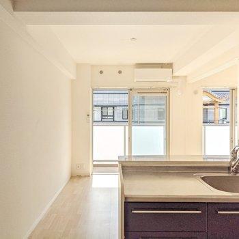 居室に入ると対面式キッチンがお出迎え。