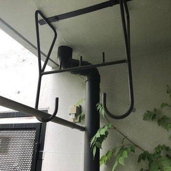 物干し掛けは上に設置されています。