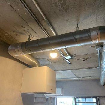 天井のダクト、めっちゃごりごりです。