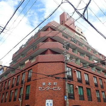 レンガ調の大柄な建物です。