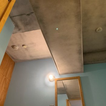 天井は無骨。このギャップがちょうどいい!