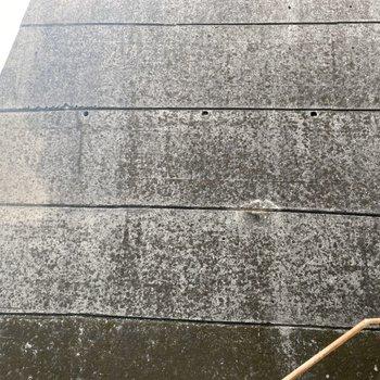 目の前は壁ですが、階段があるので視線対策はしっかりと。