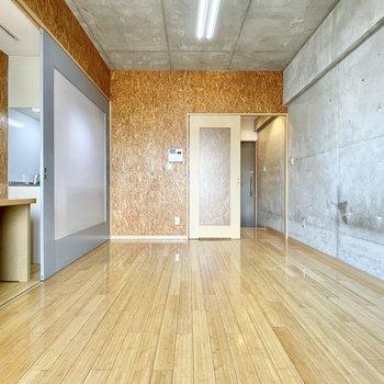 キッチンはスライドドアで隠せて、スッキリとした印象に◎