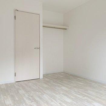 床の柔らかな感じも、お部屋にマッチしています。(※写真は1階の反転間取り別部屋のものです)