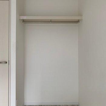 収納はオープンクローゼット。(※写真は1階の反転間取り別部屋のものです)