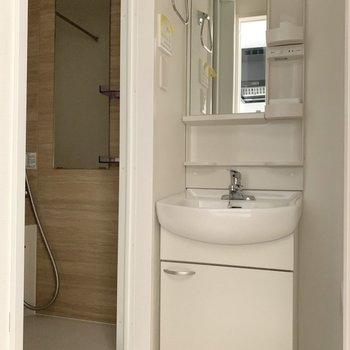 洗面所は真っ白のピカピカ。(※写真は1階の反転間取り別部屋のものです)
