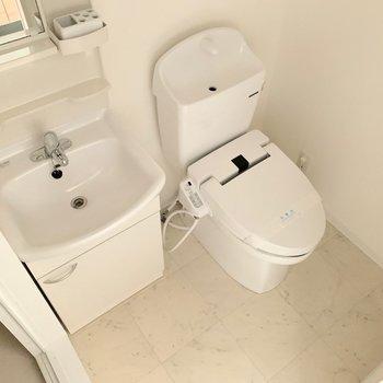 洗面所とトイレは同じ空間です。(※写真は1階の反転間取り別部屋のものです)