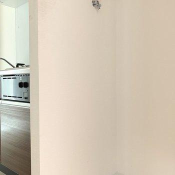 キッチン脇に、洗濯機置場があります。(※写真は1階の反転間取り別部屋のものです)