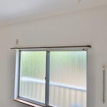 【2階 洋室5帖】今回のお部屋はバルコニーがないため、室内の物干しでご対応を。