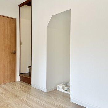 【1階 LDK】振り返ると、右から洗濯機置き場、階段、そしてドアが。