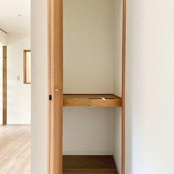 【1階 LDK】スリムですがここも奥行きがあるので、ボックスなどを活用して整理整頓しやすそう。