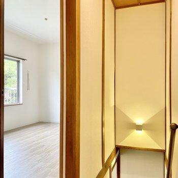 【2階】もうひとつの洋室は、階段のとなり。