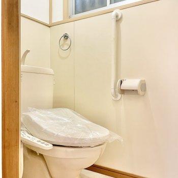 【1階】脱衣所からトイレに入れます。ウォシュレット付きです。