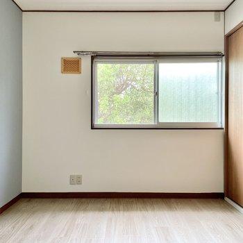 【2階 洋室6帖】青いクロスと眺望でさわやか。