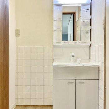 【1階】水廻りです。腰高の白いタイルがかわいらしい!