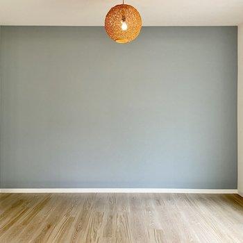 【1階 LDK】ここもくすみブルーのクロス!和モダンな照明も違和感ありませんね。