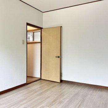 【2階 洋室6帖】天井も低くなく、ゆとりを感じられます。