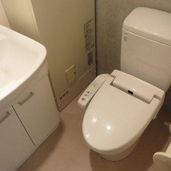 洗面台トイレ近いです。※写真は反転間取り別部屋のもの