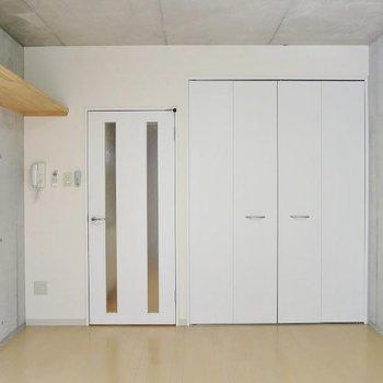 お部屋は7.5帖1R。実際の収納はもう少し小さめ※写真は反転間取り別部屋のもの