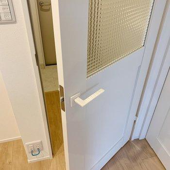 では玄関へ…とその前に、この扉もかわいい◯