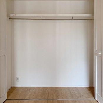 【洋室4帖】収納はどどん!と大きい!洋服から季節家電までまるっと収納できますね。