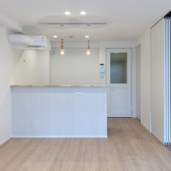 【リビング11帖】キッチンの奥までダウンライトで天井がより高く見えます。