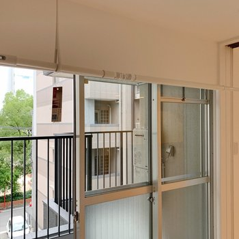 室内干しの竿は窓際に完備です。