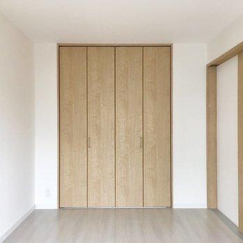 扉をしめて、寝室に。色合いが素敵だなあ。