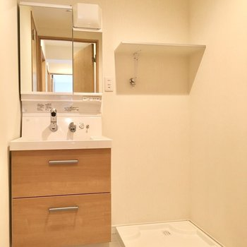 洗面台もナチュラルで素敵な佇まい。洗濯機置場は隣で、上の棚も有効活用しましょう!