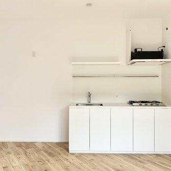 お部屋に溶け込む白のキッチン。※工事中の写真です