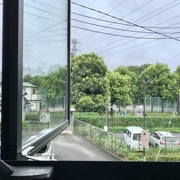 2階、北東側眺望もとても開けており、緑も見えて気持ちいいです!