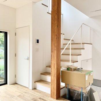 階段も絵になるメゾネット。※工事中の写真です